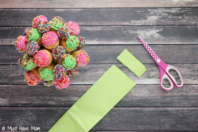 Easy Cupcake Bouquet that you can make in 15 minutes! Best DIY Cupcake Bouquet Idea I've seen. Make a great last minute Birthday gift idea for anyone!