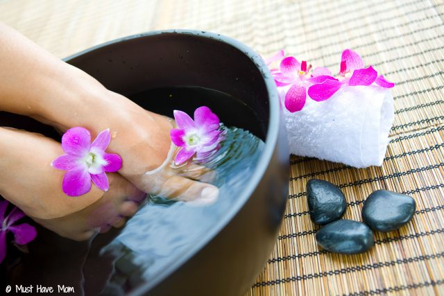 DIY Skin Renewing Foot Soak using Listerine, vinegar and water! The dead skin practically falls off and leaves you with silky smooth feet!