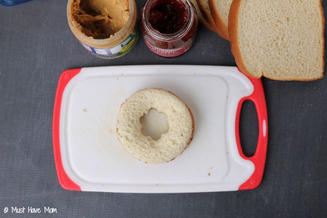 Tips to make the first day of school lunch special! Fun school lunch idea + free lunchbox notes printable!