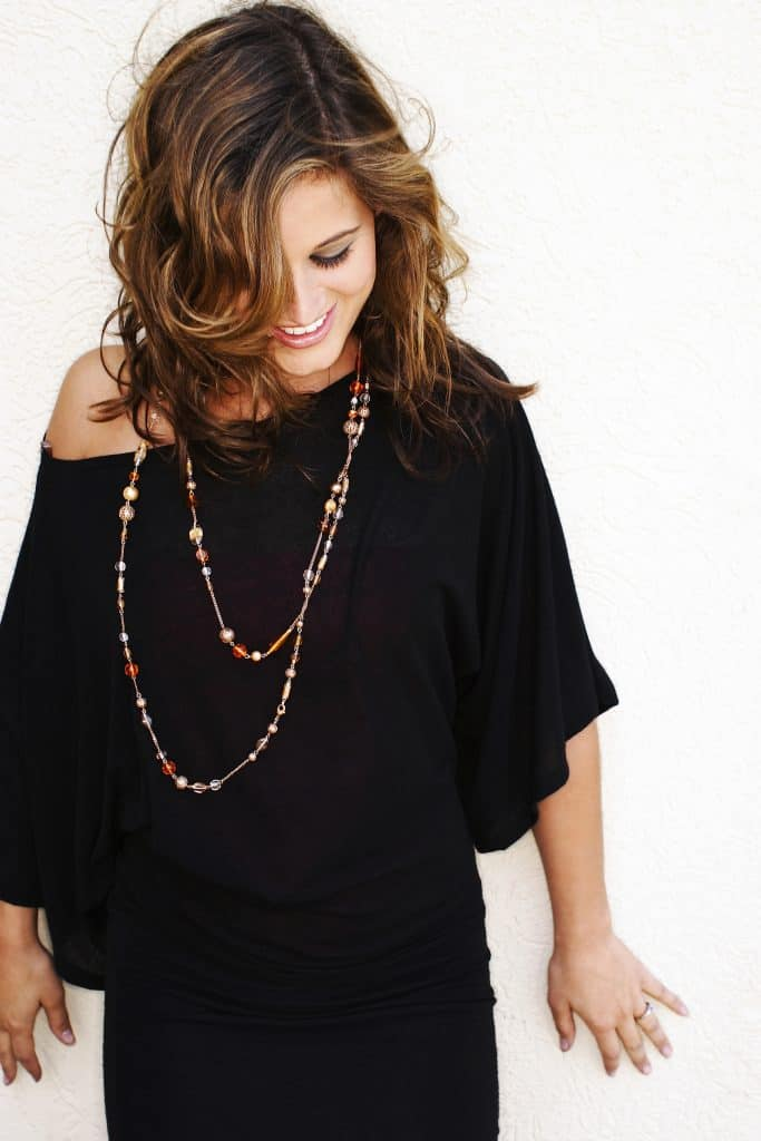 The importance of accessorizing your outfit! Women's fashion tip to save money and buy less clothes while looking better.