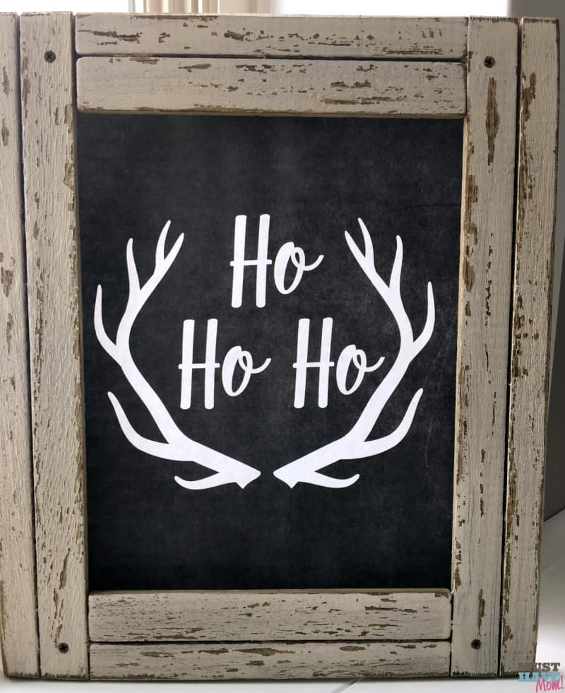 Free rustic farmhouse Christmas printable! Love this Christmas farmhouse decor idea. Free Christmas printable Ho Ho Ho rustic chalboard sign is perfect for farmhouse decor idea!