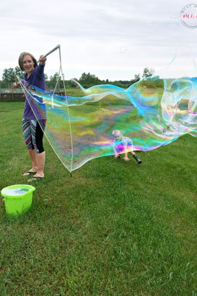 Blow giant soap bubbles with this Guinness world record giant bubble recipe! Best bubble solution recipe!