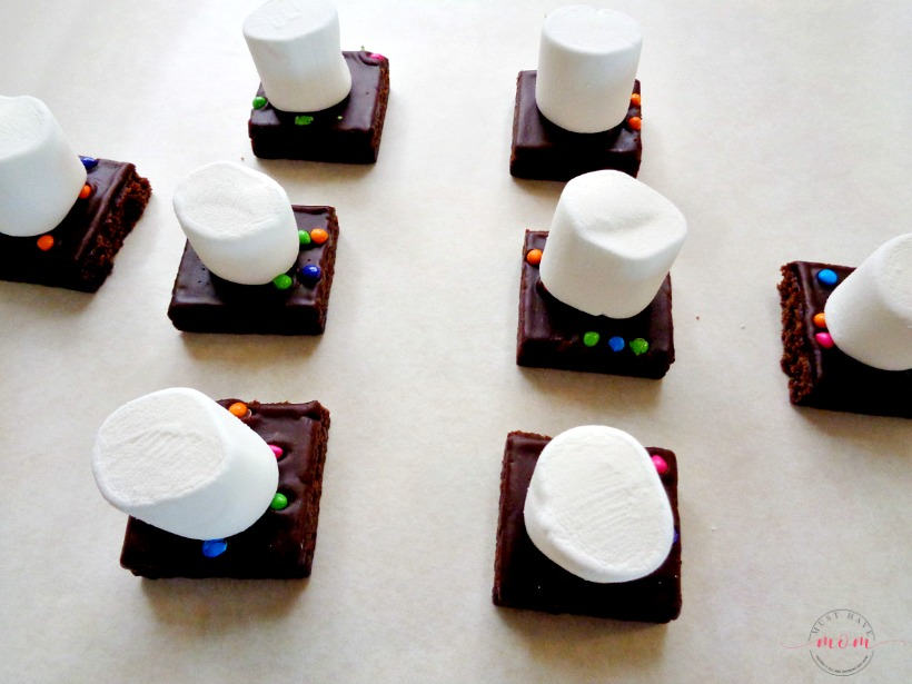 Quick and EASY Halloween brownies with ghosts!! This is a no bake recipe kids can make!