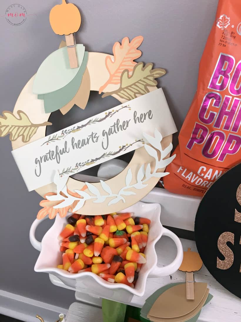 Fall popcorn bar ideas and DIY popcorn bar sign! Great party idea for Thanksgiving or Halloween food.