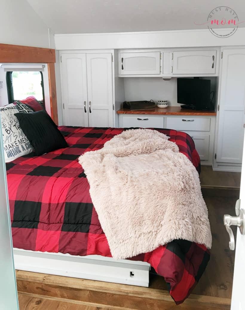 fifth wheel master bedroom after